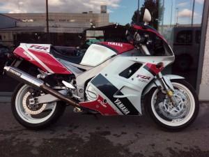 Yamaha-FZR-1000-EXUP-1